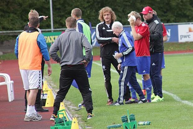 HIKs Oliver Andreas Hansen hjælpes ud af banen efter sammenstødet med Holbæks Kristian Holm. Foto: Rolf Larsen.
