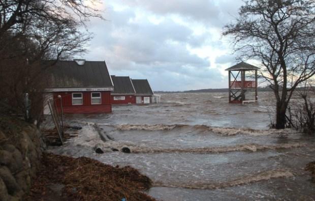 Søbadet Venedig stod under vand på grund af den høje vandstand i Isefjorden fredag. Foto: Skadestedsfotograf.dk/Morten Sundgaard.