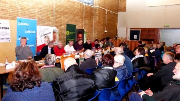 Arrangør og ordstyrer Pia Schmidt styrede dygtigt de meget talelystne byrådskandidater  og de fremmødte orøborgere  med hård og kærlig hånd. Foto: Jesper von Staffeldt.
