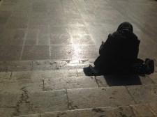 Frau auf den Stufen des Nationalmuseums Teheran