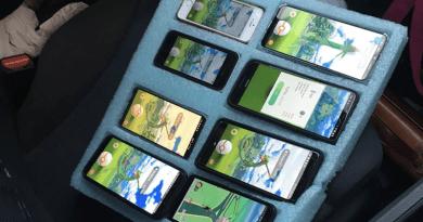 Rajtakapták… az autóban Pokémon GO-t játszott a telefonján