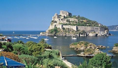 Отдых на острове Искья -бухта Картаромана, вид на Арагонский замок