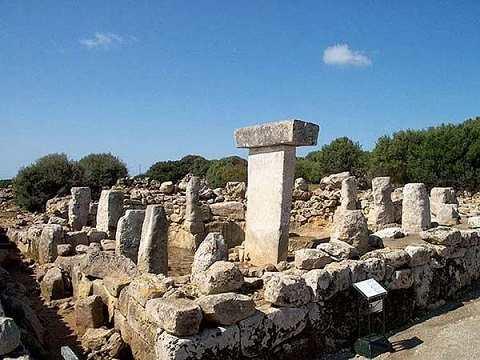 Отдых на островах Испании, Менорка, Т-образные камни (обработанные