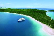 Отдых на острове Фиджи - Круизный лайнер в голубой лагуне Фиджи