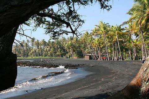 Отдых на Гавайских островах - пляжи Большого острова с черным песком в округе Кау