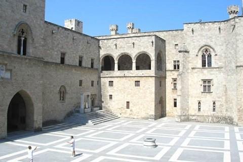 Отдых на острове Родос, внутреннй двор дворца Великого Магистра ордена госпитальеров