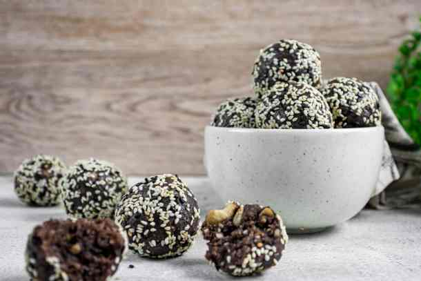 healthy-chocolate-bliss-ball-snacks