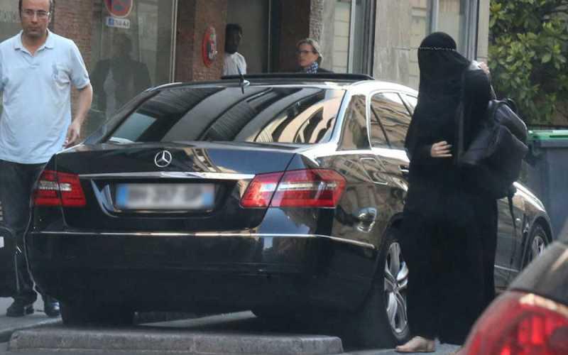 ジゼル・ブンチェン イスラム教徒に扮して非難 ムスリム衣装