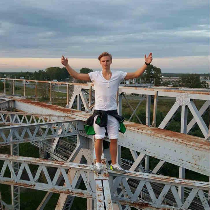 ロシアで高所の危険な遊びで転落死
