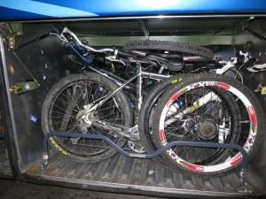 Bagageiro do ônibus cheio de bicicletas
