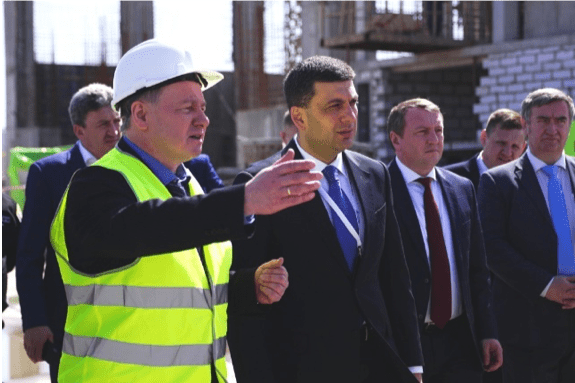 Ukrainian dignitaries inspect CSFSF, Prime Minister Groysman to the right of Energoatom President Nedashkovsky (in yellow jacket)
