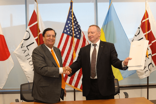 Dr. Kris Singh and Yuriy Nedashkovsky after document signing