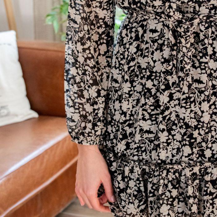 zoom sur l'imprimé d'une robe fluide manches longues