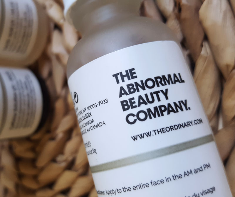 Le slogan de Deciem en gros plan sur le produit de The Ordinary