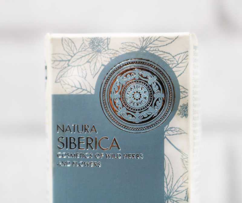 Le packaging du contour des yeux natura siberica avec le sigle de la marque apparent