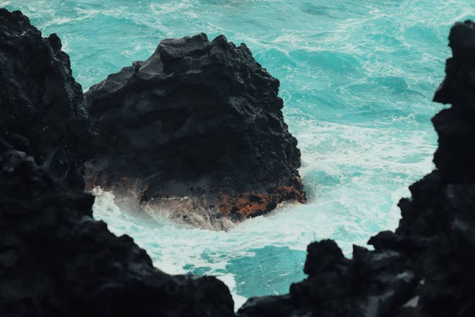 Photo of black rock and ocean waves. Photo by Lo Sarno on Unsplash