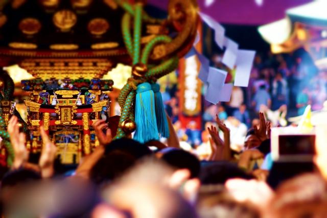 祭りでお神輿を担ぐ人たちの賑わい