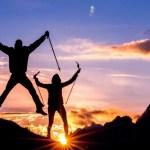 朝日の見える登山をする男女