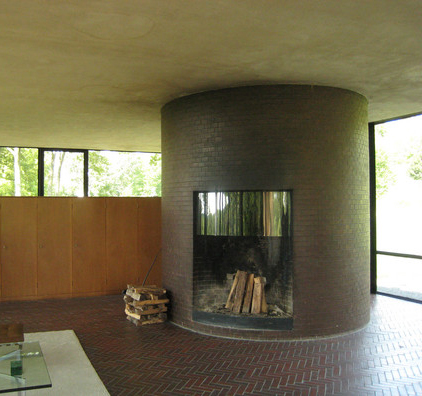 """Glass House"" de Philip Johson, 1949. Chimenea"