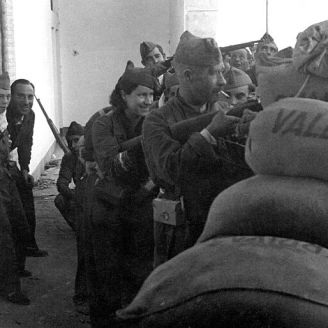 B. Miliciana en el asedio del Alcázar. Archivo Doherty