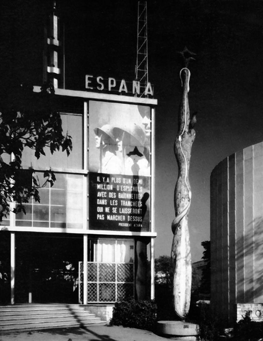 ''El pueblo español tiene un camino que conduce a una estrella'', en la entrada al pabellón español. 1937.