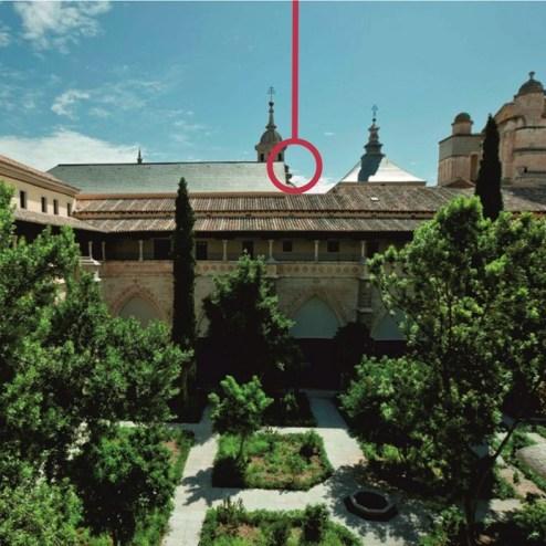 """Vista y posición del reloj en el claustro. Del artículo """"Restaurar el claustro de la catedral de Toledo"""" de Diego Peris en HdP."""