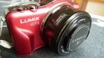 Panasonic Lumix DMC-GF3X roja de lado