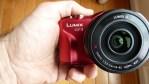 La Panasonic Lumix DMC-GF3X en mi mano para comparar tamaños