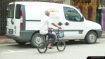 Un anciano en bicicleta