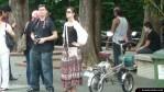 Una pareja con cámara junto a una bicicleta eléctrica