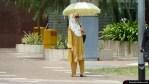 Protegiéndose del sol con una sombrilla