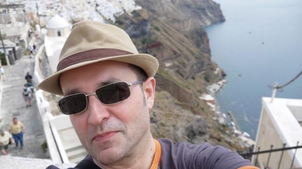 Un servidor de Uds. disfrutando de la isla de Santorini