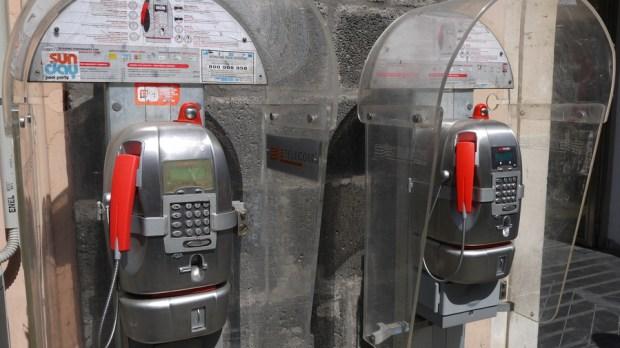 Teléfonos públicos en la calle