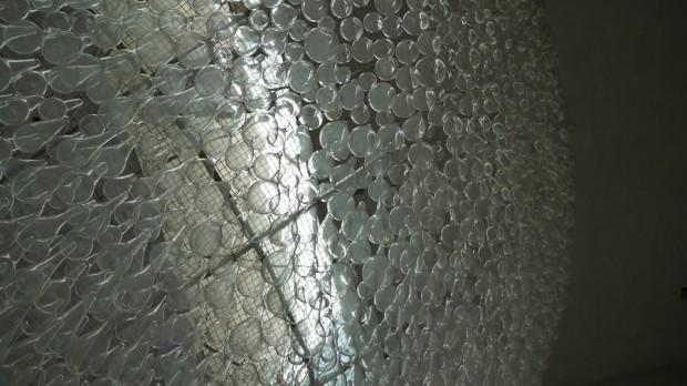 La escultura de cristales en la entrada del Artium, impresionante