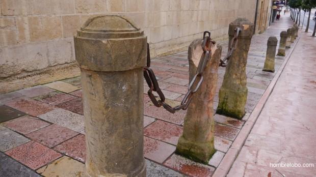 Detalle frente a la entrada principal de la Universidad de Oviedo