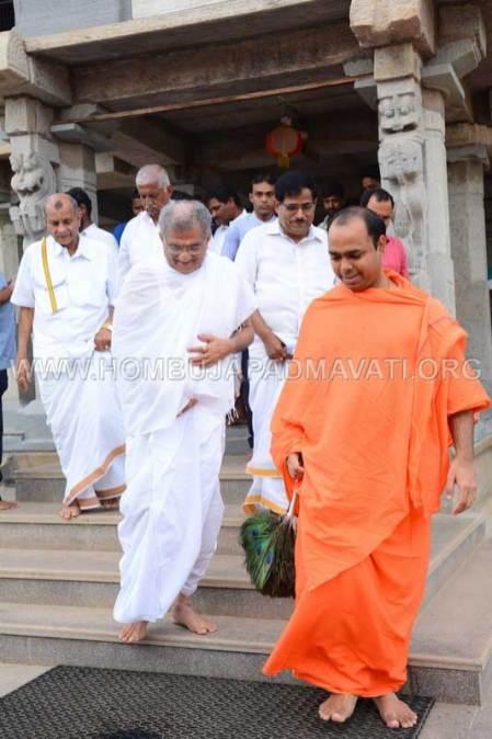 Hombuja-Jain-Math-Dharmasthala-Veerendra-Hegde-Visit-0004