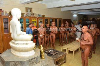 Acharya-Vardhamansagarji-Maharaj-Hombuja-Jain-Temples-Darshan-0006