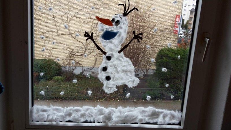 рисунок на окне к новому году веселый Олоф