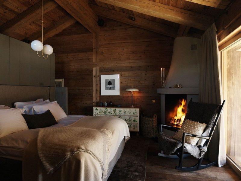 интерьер спальнив стиле шале с камином