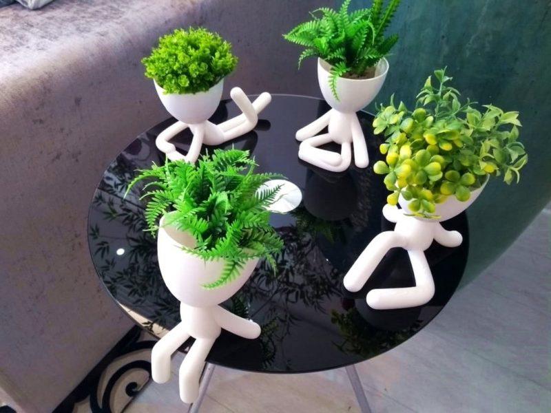 как украсить оригинальными цветочными горшками столик