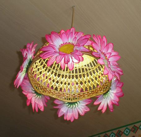 идея светильника соломенная люстра с цветами