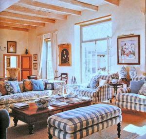 интерьер гостиной разноцветные подушки винтаж