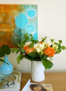 яркий декор дома - цветы и картина