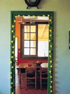 яркий интерьер с гирляндой на дверном проеме