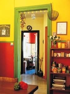 яркий интерьер в желто красных тонах
