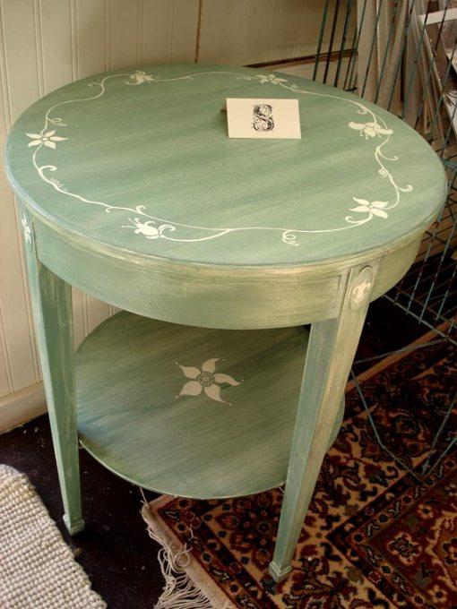 роспись мебели стол с контурным растительным узором