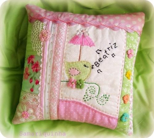 Розовая подушка с птичкой