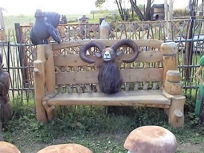 Скамейка из больших досок с фигуркой животного