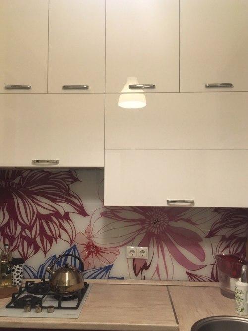 Современная идея дизайна маленькой кухни - рабочая зона
