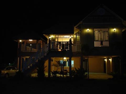 แบบบ้านทรงไทยประยุกต์ที่ได้รับการออกแบบมาอย่างร่วมสมัย